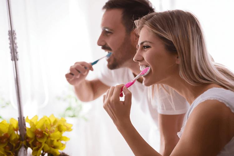 10 اشتباهی که هنگام تمیز کردن دندان میکنید